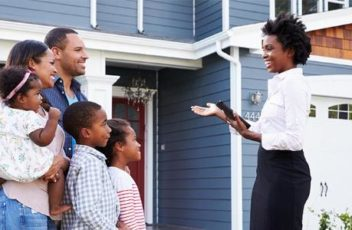 real-estate-agent-about-to-show-house-family_573x300